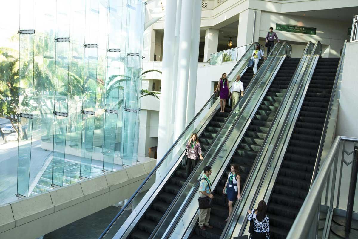 通往 Ala Halawai 中央大厅的电动扶梯